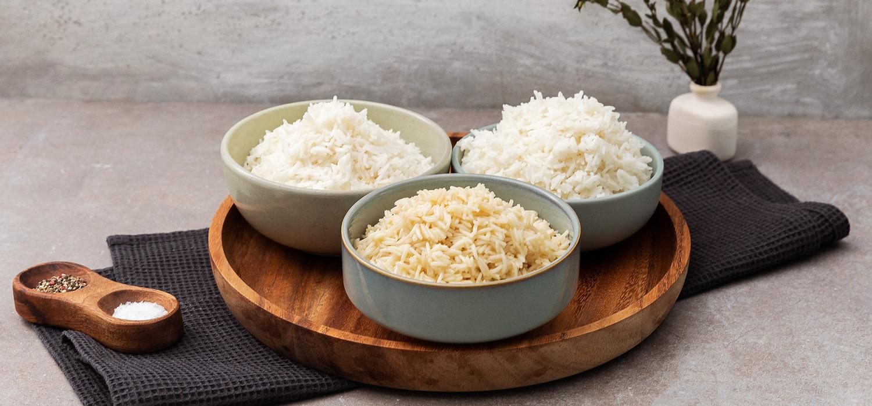 gekochter Reis in Schüsseln